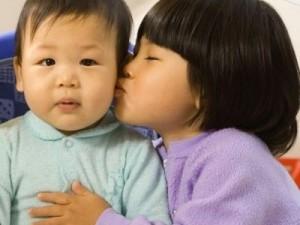 sibling-kiss